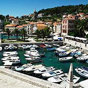 Old city of Hvar and its marina| Vieille ville de Hvar et son port de plaisance