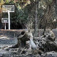Griekenland.Peloponnesos.Olympia29 augustus 2007..Het door de bosbranden verwoeste basketbalveld van de International Olympic Academiy dat tegenover het oude archeologische Olympia ligt.