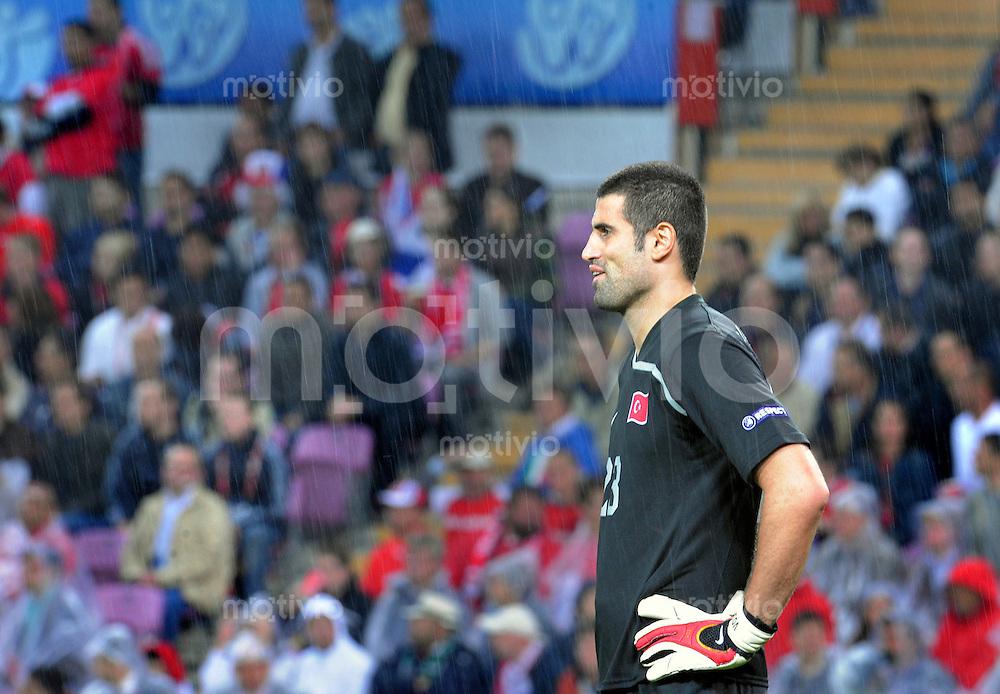 FUSSBALL EUROPAMEISTERSCHAFT 2008  Tuerkei - Tschechien    15.06.2008 Volkan DEMIREL (TUR) enttaeuscht im Regen.