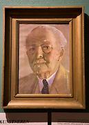 """Singer-rommet, Tydal museum. William Henry Singer (1868 — 1943) var sønn av en mangemillionær i USA, men valgte kunstnerlivet framfor forretningslivet. Han kom til Tydal første gang i 1911 og var her på årlige besøk til 1926 for å drive jakt, fiske og male. Når han kom til Tydal, tok han inn hos Olaus Aune, og Singer hadde et eget loft til disposisjon på Aune. Ellers bodde han i den prektige jakthytta han fikk satt opp ved Essandsjøen. Singer hadde en hel tjenerstab til disposisjon mens han var i Tydal, og de sørga bl. a. for pass og stell av Singers mange jakthunder som var stasjonert her hele året. Singer huskes særlig i Tydal for sin gavmildhet. Han betalte hele kjøpesummen da 13 leilendinger og husmenn i Østby ble sjøleiere i 1921. (Tydalsboka)<br /> Norsk biografisk leksikon: Amerikansk maler. Foreldre: Direktør William H. Singer sr. (1835–1909); morens navn ikke funnet i de brukte kilder. Gift 1895 i Hagerstown, Maryland med Ann (""""Anna"""") Spencer Brugh (30.10.1873–16.10.1962), datter av Philip Abram Brugh (f. 1840) og Annie Amelia Irvin (f. 1840). <br /> Den amerikanske maleren W. H. Singer var lange tider bosatt i Norge. Som maler presenterte han det norske landskapet for kunstinteresserte amerikanere.<br /> Singer vokste opp som sønn av en industrimagnat. Faren var direktør i flere store industriselskaper, bl.a. Carnegie Steel Company, og Singer arbeidet 1895–1900 i familiens firma i stålindustrien. Han hadde kunstmaling som sin særlige interesse inntil han 1900 fikk to malerier inn på den internasjonale Carnegie-utstillingen i Pittsburgh. Det førte til at han forlot familiebedriften og tok fatt på en profesjonell utdannelse som billedkunstner ved kunstakademiet i Pittsburgh.<br /> Singer livnærte seg som landskapsmaler inntil han arvet en stor formue da faren døde. Også hans kone Anna var velstående. Ekteparet var stadig på reisefot, også til Europa. Høsten 1900 besøkte de for første gang Frankrike. I Paris gjorde Singer seg kjent med eu"""
