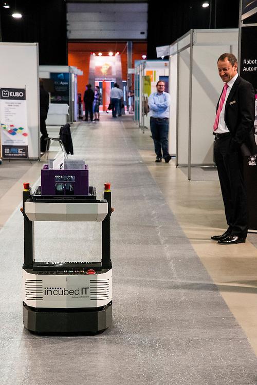Denmark, Odense, 1 june 2016<br /> Robo Business Europe, jaarlijks congres over robotica. <br /> Rijdende robot van IncubetIT. Deze robot kan autonoom zijn weg vinden in een bepaalde omgeving en brengt bijvoorbeeld onderdelen naar een monteur, geneesmiddelen naar een verpleegafdeling in een ziekenhuis, of flesjes water op een beurs.<br /> <br /> Foto: (c) Michiel Wijnbergh