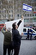 Frankfurt am Main   11 Apr 2015<br /> <br /> Am Samstag (11.04.2015) demonstrierten etwa 35 Personen der Gruppe &quot;Freie B&uuml;rger f&uuml;r Deutschland&quot; (FBfD, ex PEGIDA) auf dem Rossmarkt in Frankfurt am Main gegen &quot;Islamisierung&quot;, ihre Redebeitr&auml;ge gingen in dem Geschrei der etwa 800 Gegendemonstranten unter.<br /> Hier: FBfD-Aktivisten trauen sich sogar, mit einer Israel-Fahne zu wedeln.<br /> <br /> &copy;peter-juelich.com<br /> <br /> [Foto honorarpflichtig   No Model Release   No Property Release]