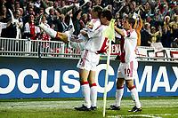 seizoen 2003 / 2004, amsterdam , 01-10-2003 champions league ajax - club brugge. wesley sonck wordt opgetild door zlatan ibrahimovic na zijn goal 1-0. van der vaart viert mee<br /> Foto: Digitalsport