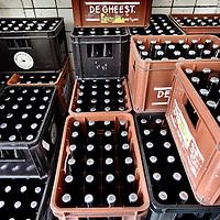 Nederland, Amsterdam , 1 juli 2010..Bierbrouw proces in bierbrouwerij t IJ..Brouwerij 't IJ is een kleine lokale Amsterdamse bierbrouwerij, sinds oktober 1985 gevestigd in voormalig badhuis Funen, naast Molen De Gooyer. De brouwerij wordt geleid door Kaspar Peterson. Alle bieren zijn gemaakt van 'biologische' grondstoffen en door SKAL[1] gecertificeerd. De brouwerij heeft ook een proeflokaal, dat alleen IJ-bier schenkt. In tegenstelling tot veel andere proeflokalen wordt het IJ-lokaal ook veel als stamkroeg gebruikt..Brouwerij 't IJ is a small local brewery in Amsterdam since 1985, producing very nice beer. Crates waiting for transport.