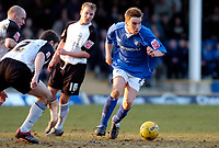 Photo: Leigh Quinnell.<br /> Chesterfield v Southend United. Coca Cola League 1. 18/02/2006. Chesterfields Jamie O'Hara can't move for Southend players.