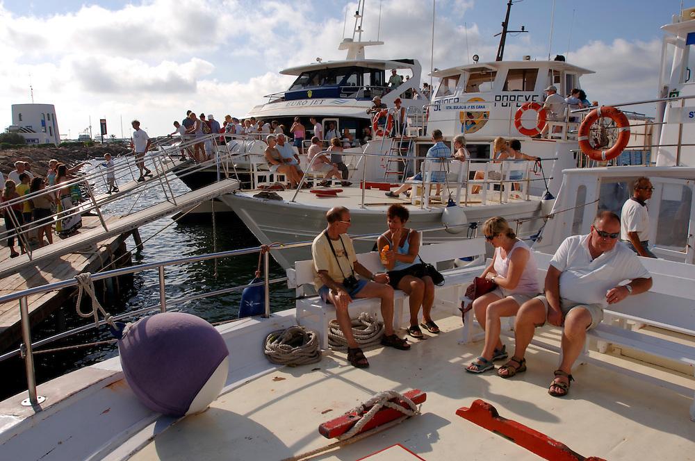 Spanien Ibiza Santa Eulalia Del Rio Herbst Oktober Urlaub Tourismus Strand Schiffe Faehren nach Ibiza und Formentera Insel Balearen Europa [Farbtechnik sRGB 34.49 MByte vorhanden]  Geography / Travel Europa Spanien Ibiza