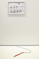 Nederland. Rotterdam, 31 mei 2010.<br /> INSTRUCTIES / PICTOGRAMMEN IN HET STEMHOKJE<br /> BurgemeesterAboutaleb presenteert het nieuwe Rotterdamse stembureau in de Kipstraat. Er is voor het stembureau nieuwe stijl 9 kilometer lint nodig om de stemgang ordentelijk te laten verlopen.<br /> Foto Martijn Beekman