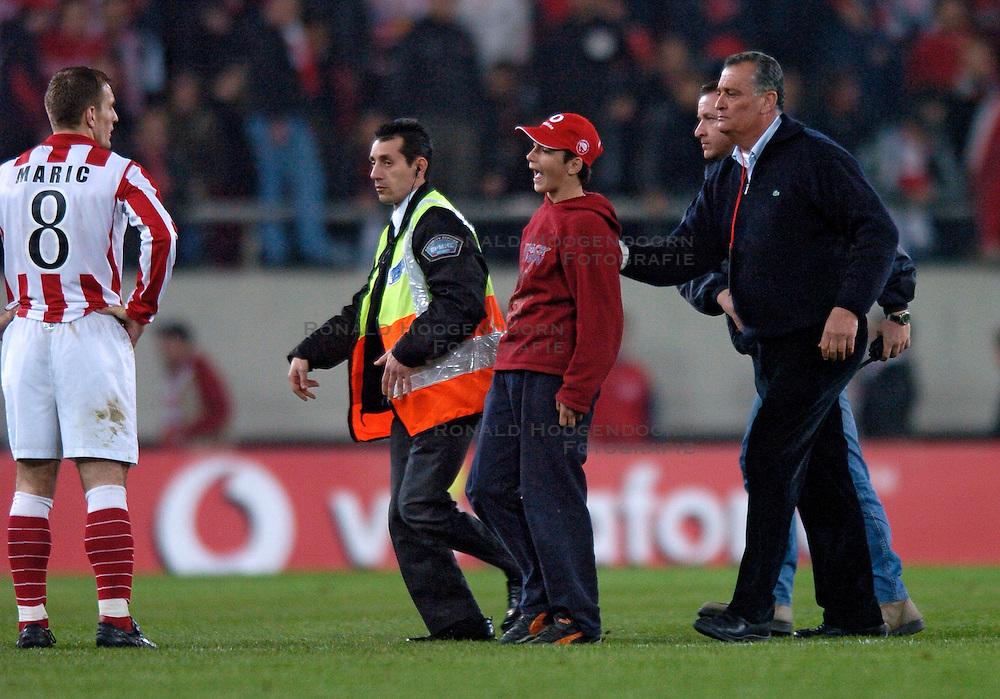10-03-2005 VOETBAL: UEFA CUP: OLYMPIACOS PIREAUS-NEWCASTLE UNITED: ATHENE<br /> In een beladen wedstrijd wint Newcastle met 3-1 van het griekse Olympiacos -  Een jonge Griekse fan wil het shirtje van Patrick Kluivert maar wordt later door de security afgevoerd.Anatolakis (r) en schurrer kijken toe.<br /> &copy;2005-WWW.FOTOHOOGENDOORN.NL