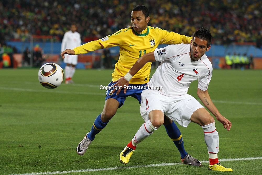 &copy;Jonathan Moscrop - LaPresse<br /> 28 06 2010 Johannesburg ( Sud Africa )<br /> Sport Calcio<br /> Brasile vs Cile - Mondiali di calcio Sud Africa 2010 Ottavi di finale - Ellis Park Stadium<br /> Nella foto: Mauricio Isla lotta con Robinho<br /> <br /> &copy;Jonathan Moscrop - LaPresse<br /> 28 06 2010 Johannesburg ( South Africa )<br /> Sport Soccer<br /> Brazil versus Chile - FIFA 2010 World Cup South Africa Round of sixteen  - Ellis Park Stadium<br /> In the Photo: Chile's Mauricio Isla tussles with Brazil's Robinho