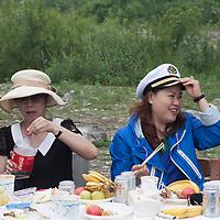 BEIJING, JUNE 24, 2013 : Mitglieder von Li Xiaohua's Elite Club geniessen ein Picknick in Peking's Natur Reservoir Miyun vor. Li gruendete den Club vor einem Jahr . Mitglieder koennen nur per Einladung beitreten und muessen ein gewisses Einkommen nachweisen koennen.