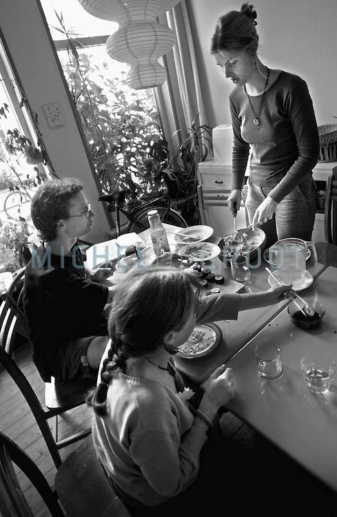 Studenten Leentje Haaksma, Jaap van Netten (links), Hinke Drijver (staand) en Luud van de Molen wonen in een vegetarische woongroep.
