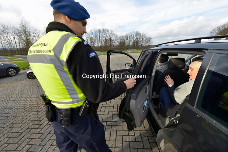 Nederland, Eijsden, 12-2-2016Grenscontrole door de marechaussee op de A2 tegen illegalen en mensensmokkelaars. (afgebeelde mensen hebben geen bezwaar gemaakt). Mensensmokkel via Belgie.The Netherlands, Nederland,Extra border securiyy on the N325 higway by the Military Police at the border with Belgium. Foto: Flip Franssen / Hollandse HoogteFoto: Flip Franssen