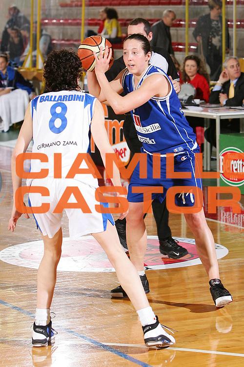 DESCRIZIONE : Schio Lega A1 Femminile 2005-06 Banco di Sicilia Ribera Germano Zama Faenza <br /> GIOCATORE : Reves <br /> SQUADRA : Banco di Sicilia Ribera <br /> EVENTO : Campionato Femminile Lega A1 Final Six Coppa Italia Lavezzini Cup 2005-2006 Finale <br /> GARA : Banco di Sicilia Ribera Germano Zama Faenza <br /> DATA : 26/03/2006 <br /> CATEGORIA : Passaggio <br /> SPORT : Pallacanestro <br /> AUTORE : Agenzia Ciamillo-Castoria/S.Silvestri