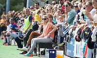 GROENEKAN - Voordaan- coach Marieke Dijkstra tijdens de 2e wedstrijd om het kampioenschap in de Overgangsklasse bij de mannen teussen Voordaan en SCHC (4-5). Er volgt nog een wedstrijd. COPYRIGHT KOEN SUYK