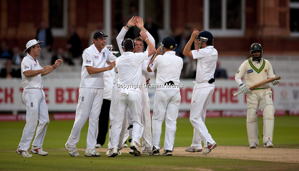 Graeme Swann celebrates during the final npower Test Match between England and Pakistan at Lord's.  Photo: Graham Morris (Tel: +44(0)20 8969 4192 Email: sales@cricketpix.com) 28/08/10