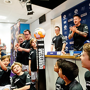 NLD/Zwolle/20180418 - Johnny de Mol onthult de nieuwe Eredivisiebal, onthulling met de jongeren van Syndroom