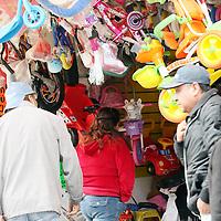 TOLUCA, México.- Comerciantes establecidos en las inmediaciones de la terminal de la colonia Valle Verde, se quejan de las bajas ventas que han tenido estos días, debido a que la gente no se acerca a comprar ya que barias calles están serradas con vallas y elementos de seguridad municipal para evitar que los ambulantes de instalen. Agencia MVT / José Hernández. (DIGITAL)