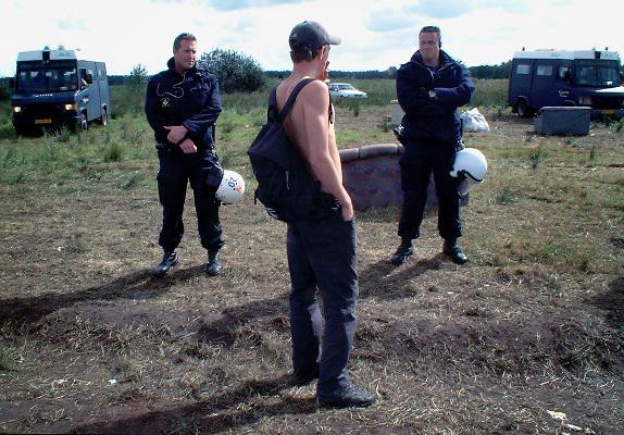 Copyright Flip Franssen, tel. 024-3238442, lid NVF.1-11-2002.Ontruiming illegeale houseparty in Bergen, N. Limburg