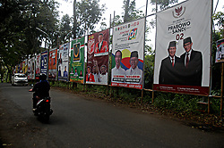 March 29, 2019 - Semarang, Indonesia - Motorists pass electoral posters at Pramuka Street In Semarang, Central Java Province on March 29, 2019, ahead of the presidential and legislative elections. Indonesia is set to hold simultaneous presidential and parliamentary elections on April 17. (Credit Image: © Wf Sihardian/NurPhoto via ZUMA Press)