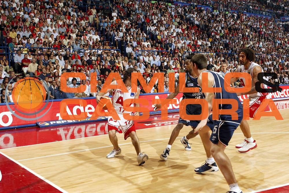 DESCRIZIONE : MILANO CAMPIONATO LEGA A1 2004-2005<br />GIOCATORE : CALABRIA<br />SQUADRA : ARMANI JEANS MILANO<br />EVENTO : CAMPIONATO LEGA A1 2004-2005 PLAYOFF FINALE GARA 4<br />GARA : ARMANI JEANS MILANO-CLIMAMIO BOLOGNA<br />DATA : 16/06/2005<br />CATEGORIA : Palleggio<br />SPORT : Pallacanestro<br />AUTORE : Agenzia Ciamillo-Castoria