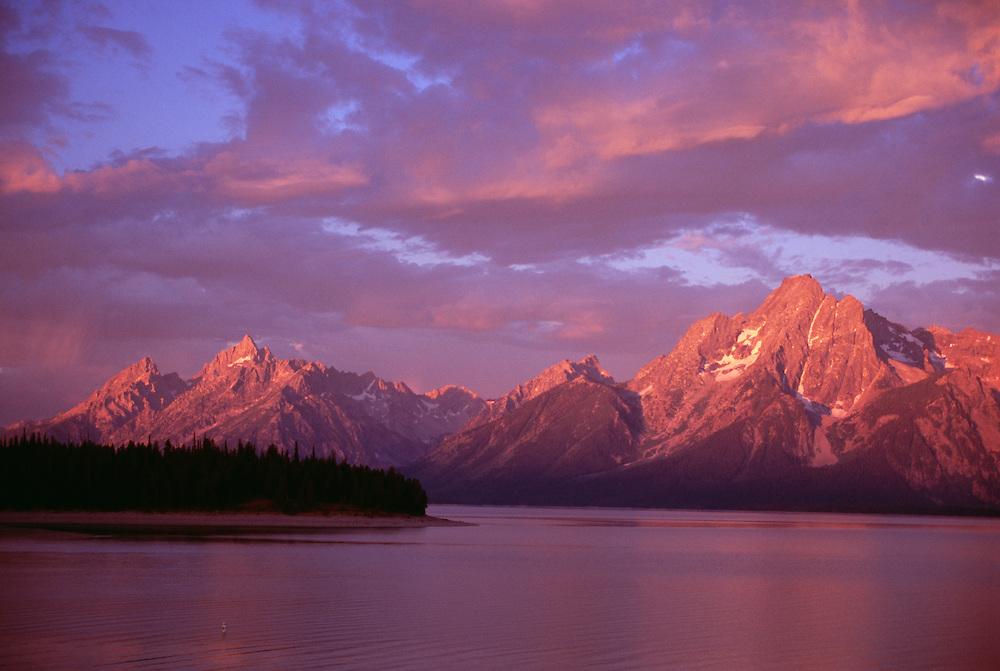 USA, Wyoming, Grand Teton National Park, Jackson Lake at sunset
