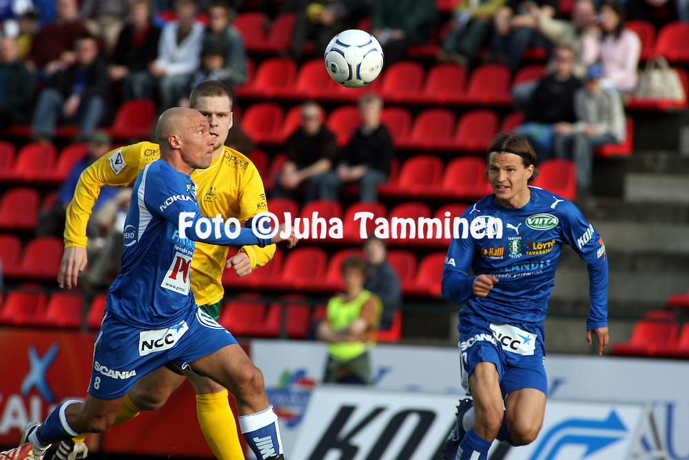 26.04.2007, Ratina, Tampere, Finland..Veikkausliiga 2007 - Finnish League 2007.Tampere United - FC KooTeePee.Antti Pohja & Jussi Kujala (TamU) v Jussi Kinnaslampi (KooTeePee).©Juha Tamminen.....ARK:k