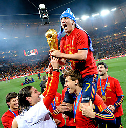 11.07.2010, Soccer-City-Stadion, Johannesburg, RSA, FIFA WM 2010, Finale, Niederlande (NED) vs Spanien (ESP) im Bild David Villa feiert ausgelassen mit dem WM Pokal, EXPA Pictures © 2010, PhotoCredit: EXPA/ InsideFoto/ Perottino *** ATTENTION *** FOR AUSTRIA AND SLOVENIA USE ONLY! / SPORTIDA PHOTO AGENCY