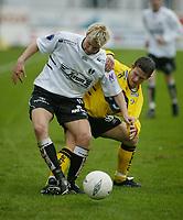 Fotball, 21. april 2002. Tippeligaen, Sogndal v  Start 0-0. Fosshaugane. Christian Kalvenes, Sogndal, og Morten Larsen, Start.