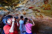 Sri Lanka, province du centre-nord, district de Polonnaruwa, Sigiriya, Ville ancienne et forteresse de Sigiriya classée patrimoine mondial de l'UNESCO, galerie des fresques des demoiselles de Sigiriya, apsara ou concubines du roi Kassyapa, touristes // Sri Lanka, Ceylon, North Central Province, Sigiriya Lion Rock fortress, UNESCO world heritage site, cave frescoes of the 5th century representing Apsara and concubines of the King Kassyapa, tourist