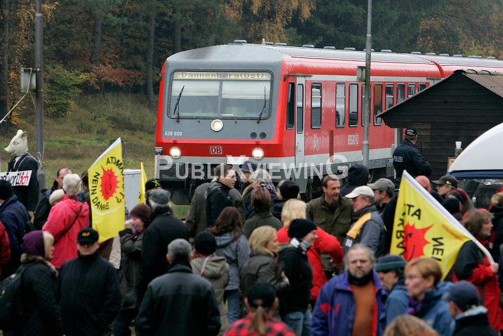 Zu einer Schatzsuche entlang der Schienen vom Bahnhof Leitstade in Richtung Oldendorf trafen sich am 31. Oktober 2010 etwa zweihundert Atomkraftgegener und 25 Trecker. <br /> <br /> Ort: Leitstade<br /> Copyright: Andreas Conradt<br /> Quelle: PubliXviewinG <br /> <br /> Ort: Leitstade<br /> Copyright: Andreas Conradt<br /> Quelle: PubliXviewinG
