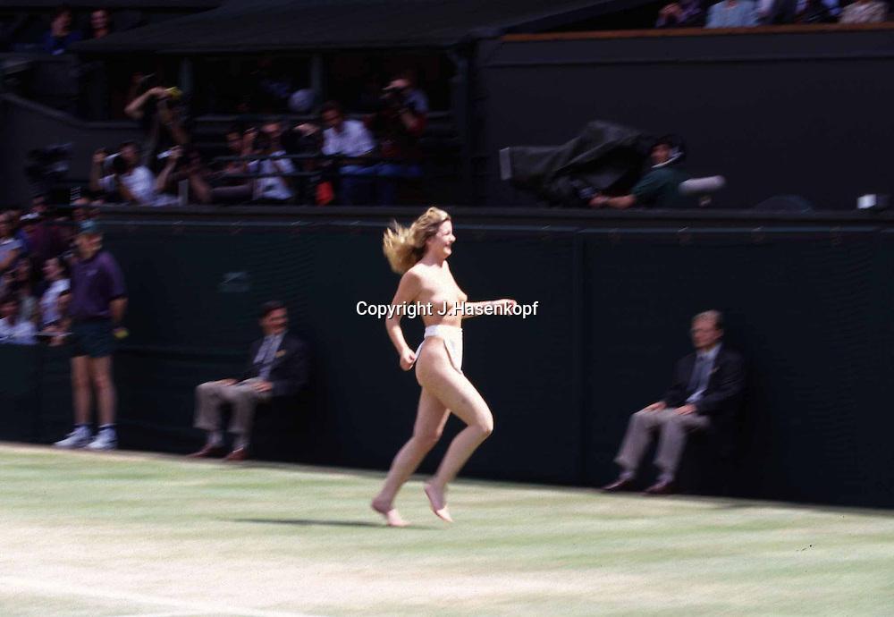 Sport,Tennis,Wimbledon 1997, Centre Court Flitzerin,<br /> nackte Frau laeuft ueber den Center Court, Humor,<br /> witzig,lustig, QF,