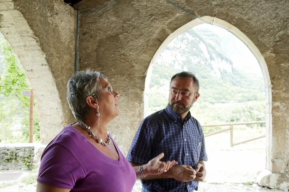 Tenno (TN) - Edvige Pellegrini, vicesindaco, e il Parroco Franco Pavesi sotto il porticato della chiesa di S. Lorenzo.