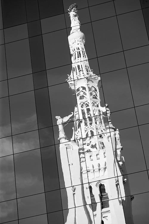 Cúpula de la Iglesia de la Concepción, en la calle de Goya, de Madrid, reflejada en las vidrieras de un edificio de oficinas.