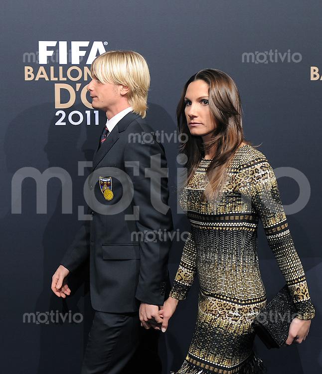 Fussball International  FIFA Ballon d Or / Weltfussballer 2011   09.01.2012 Simone Farina (AS Gubbio 1910) mit Frau  Scilla