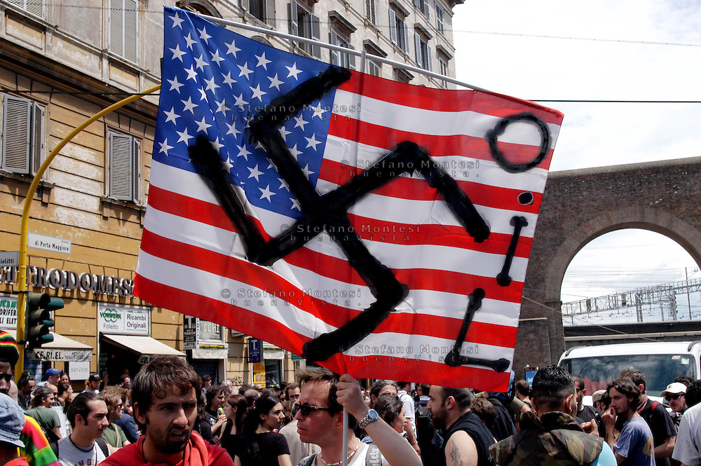 Roma 4 Giugno 2004  .Manifestazione del movimento No Global contro l'arrivo di Bush in Italia .Rome June 4, 2004.Manifestation of anti-globalization movement against the arrival of Bush in Italy ..The U.S. flag with the swastika..