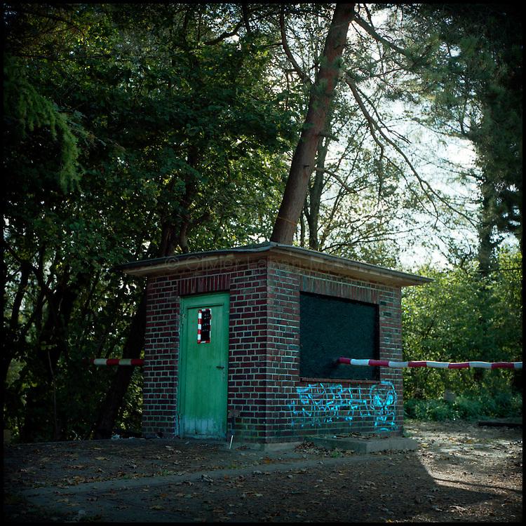 Le 18 octobre 2011, frontière Allemagne / Belgique, près d'Aix La Chapelle, RN 68, près de l'ancien poste frontière de Köpfchen. Vue d'une oeuvre artistique utilisant un ancien poste de contrôle douanier, réalisée pour l'association culturelle KUKUK qui a récupéré les postes frontières belges et allemands sur cette frontière.