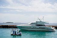 Fem sømænd i en lille robåd på vej ud til deres yaght. Klimaforandringerne kan få store dele af Maldiverne til at forsvinde. Maldiverne, der ligger ud for Indiens sydspids, er et af de lande i verden, der er mest truet af klimaforandringerne og stigningen i havenes vandstand. FN skønner, at store dele af Maldiverne vil være forsvundet i 2100. Der bor 350.000 mennesker på Maldiverne. Det højeste punkt for de 1190 koraløer er 2,4 meter over havets overflade. Editorial released.