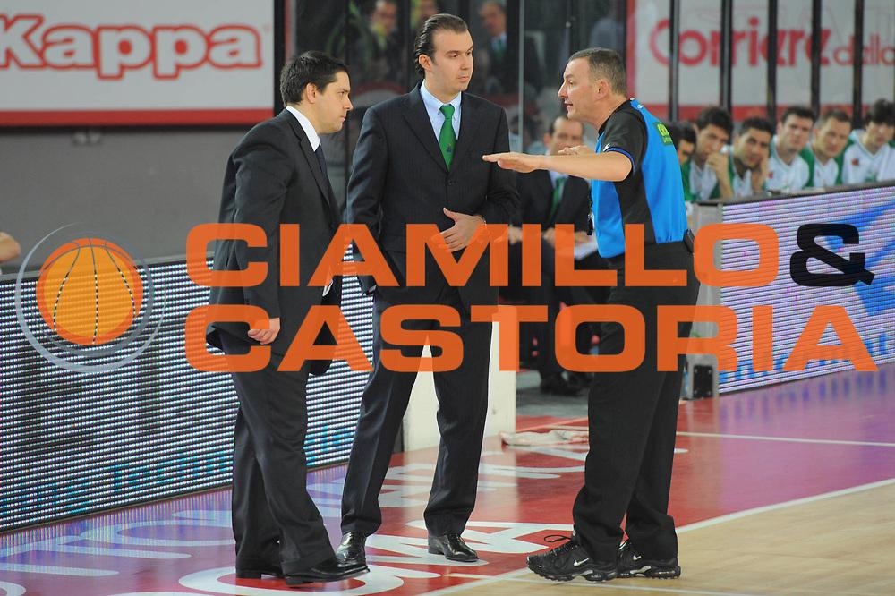 DESCRIZIONE : Roma Lega A 2010-11 Lottomatica Virtus Roma Montepaschi Siena<br /> GIOCATORE : Sasa Filipovski Simone Pianigiani Arbitro<br /> SQUADRA : Lottomatica Virtus Roma Montepaschi Siena<br /> EVENTO : Campionato Lega A 2010-2011 <br /> GARA : Lottomatica Virtus Roma Montepaschi Siena<br /> DATA : 16/01/2011<br /> CATEGORIA : Curiosita Fair Play<br /> SPORT : Pallacanestro <br /> AUTORE : Agenzia Ciamillo-Castoria/GiulioCiamillo<br /> Galleria : Lega Basket A 2010-2011 <br /> Fotonotizia : Roma Lega A 2010-11 Lottomatica Virtus Roma Montepaschi Siena<br /> Predefinita :