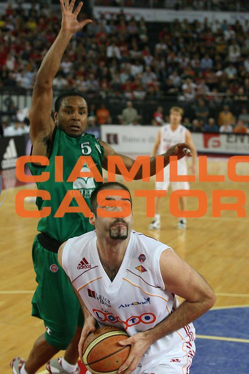 DESCRIZIONE : Roma Lega A1 2006-07 Playoff Semifinale Gara 2 Lottomatica Virtus Roma Montepaschi Siena <br /> GIOCATORE : Chiacig <br /> SQUADRA : Lottomatica Virtus Roma <br /> EVENTO : Campionato Lega A1 2006-2007 Playoff Semifinale Gara 2 <br /> GARA : Lottomatica Virtus Roma Montepaschi Siena <br /> DATA : 02/06/2007 <br /> CATEGORIA : Penetrazione <br /> SPORT : Pallacanestro <br /> AUTORE : Agenzia Ciamillo-Castoria/G.Ciamillo