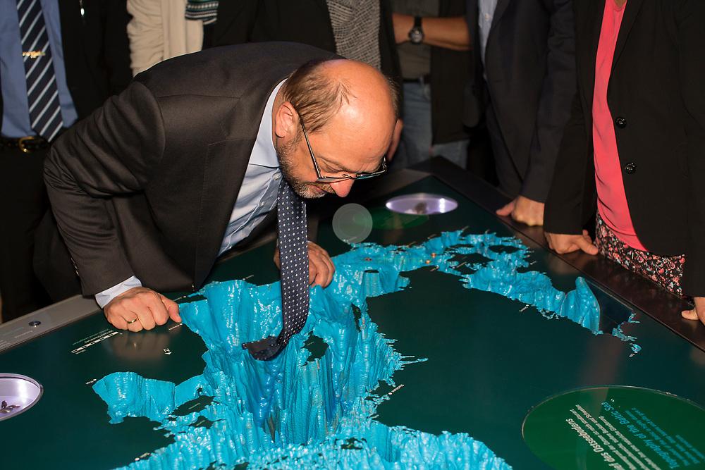 Zum Auftakt der heissen Wahlkampfphase besucht SPD-Kanzlerkandidat Martin Schulz zusammen mit Manuela Schwesig, Ministerpraesidentin des Landes Mecklenburg-Vorpommern, das Ozeaneum Stralsund. Schulz blickt hier in den Tiefen des Ostsee-Reliefs.