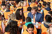 Koning Willem-Alexander en koningin Maxima bij basisschool De Vijfmaster tijdens de jaarlijkse Koningsspelen. //// King Willem-Alexander and Queen Maxima at elementary school De Fivemaster during the annual Royal Games.<br /> <br /> Op de foto / On the photo:  Koning Willem-Alexander bij het ontbijt / King William Alexander at breakfast
