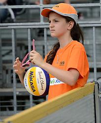 16-07-2014 NED: FIVB Grand Slam Beach Volleybal, Apeldoorn<br /> Poule fase groep G vrouwen - Ballenmeisje