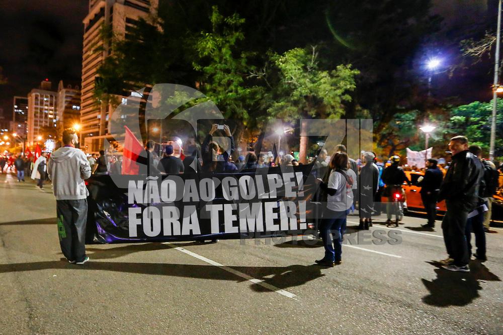 CURITIBA, PR, 06.09.2016 - PROTESTO-PR - Manifestantes contrários ao governo do presidente Michel Temer realizam protesto pelas ruas do centro de Curitiba (PR) na noite desta terça-feira (06). (Foto: Paulo Lisboa/Brazil Photo Press)