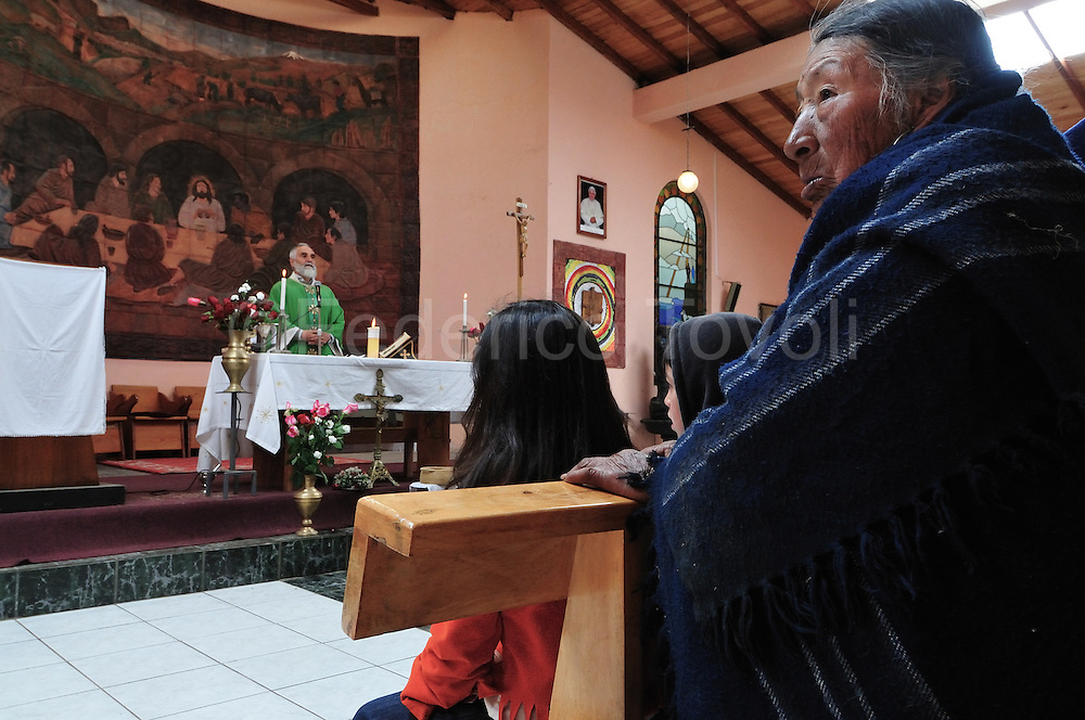 "Father Antonio Polo, nowadays local parson, was between the leaders of Salinas change and it still to be the ""soul"" of Salinas project. Everybody's call him ""padrecito"". Here portrayed celebrating the sunday morning mass in Salinas main church."