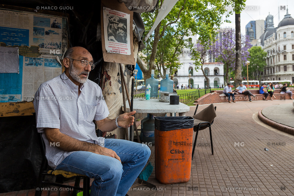 RETRATOS DE ARGENTINOS OPINANDO SOBRE LA VICTORIA DE MAURICIO MACRI Y LA DERROTA DEL PERONISMO EN LAS ELECCIONES ARGENTINAS DEL 2015 PARA LA REVISTA EPOCA DE BRASIL, CIUDAD AUTONOMA DE BUENOS AIRES, ARGENTINA (PHOTO BY © MARCO GUOLI - ALL RIGHTS RESERVED. CONTACT THE AUTHOR FOR IMAGE REPRODUCTION)
