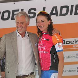 29-08-2017: Wielrennen: Boels Ladies Tour: Wageningen  <br />Wageningse Annemiek van Vleuten wint de proloog Ladiestour in eigen woonplaats. Hier op de foto met wethouder Han ter Maat
