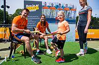 Den Bosch  - Internationals Thijs van Dam en Pien Sanders binden gripjes  voor ONVZ voor  de Pro League hockeywedstrijd dames, Nederland-Belgie (2-0).  COPYRIGHT KOEN SUYK