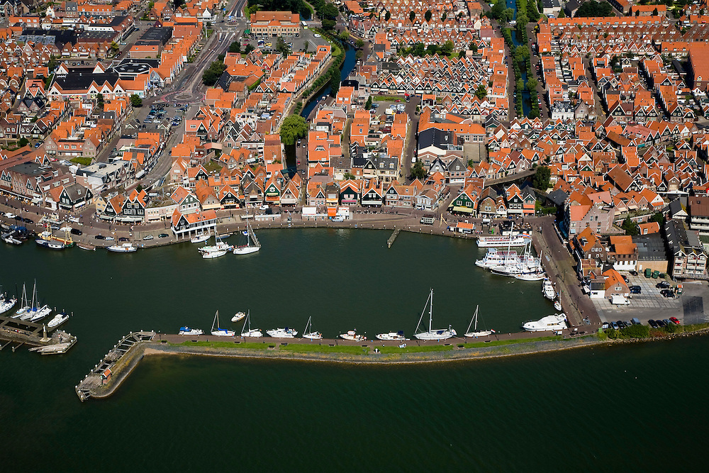 Nederland, Noord-Holland, Volendam, 14-07-2008; dorpskern met jachthaven, Haven; 'de dijk' voor Volendamse jeugd die uitgaat (zie ook andere luchtfoto voor cafebrand). .little fishing village on the edge of IJsselmeer (formerly South sea);. ;. ;..luchtfoto (toeslag); aerial photo (additional fee required); .foto Siebe Swart / photo Siebe Swart