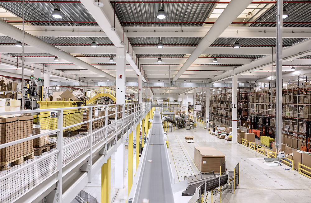 Piacenza, Castel San Giovanni, Amazon logistic center, <br /> Outbound: parte del centro di distribuzione dove i prodotti sono impacchettati ed etichettati con l&rsquo;indirizzo per la spedizione