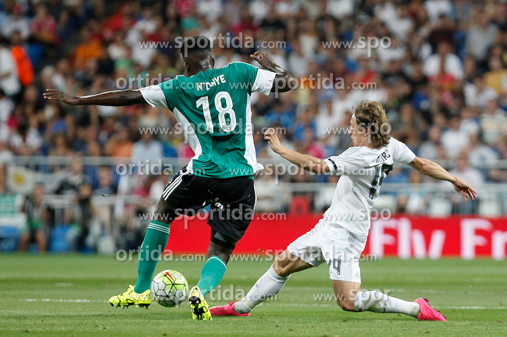 29.08.2015, Estadio Santiago Bernabeu, Madrid, ESP, Primera Division, Real Madrid vs Real Betis, 2. Runde, im Bild Real Madrid&acute;s Luka Modric and Real Betis&acute;s N&acute;diaye // during the Spanish Primera Division 2nd round match between Real Madrid and Real Betis at the Estadio Santiago Bernabeu in Madrid, Spain on 2015/08/29. EXPA Pictures &copy; 2015, PhotoCredit: EXPA/ Alterphotos/ Victor Blanco<br /> <br /> *****ATTENTION - OUT of ESP, SUI*****